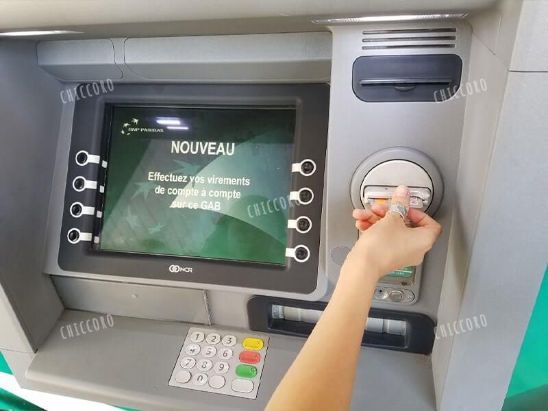 ニューカレドニアのATMの使い方①クレジットカードを入れる