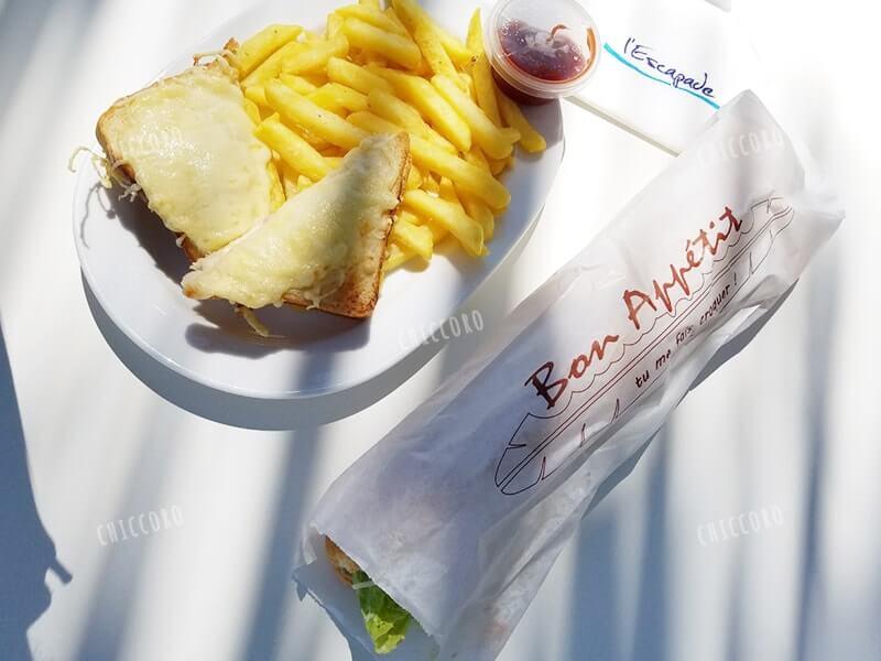 メトル島でのランチ。クロックムッシュとポテト、チーズのサンドイッチ