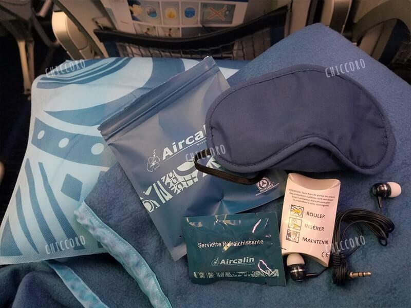 エアカラン(Aircalin)のアメニティ(クッションとひざかけ、アイマスク、耳栓、イヤホン、おしぼり)